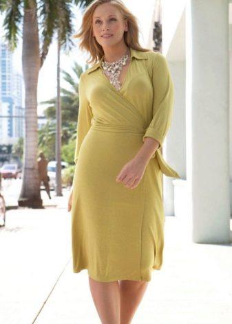 Светло-зеленое платье средней длины с запахом