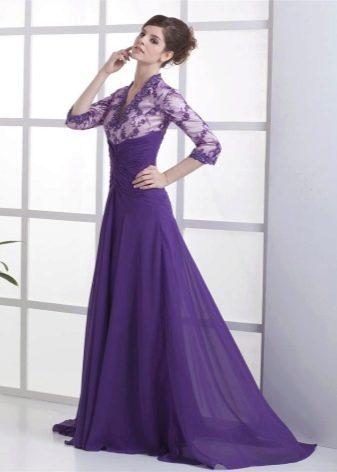 Платье с открытм декольте и шлейфом
