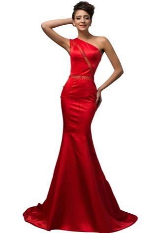 Красное атласное платье со шлейфом