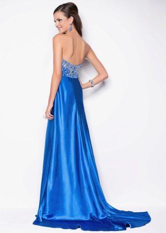 Синее атласное платье со шлейфом