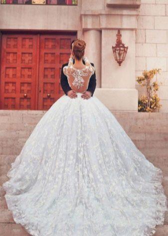 Свадебное платье с очень длинным шлейфом