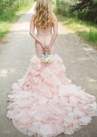 Розовое платье с очень длинным шлейфом