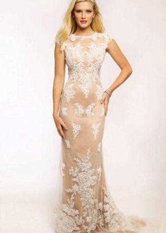 Красивое белое платье со шлейфом с эффектом обнаженного тела