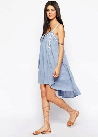 Голубое платье-трапеция с вышивкой