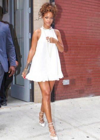 Короткое белое платье трапеция Рианны