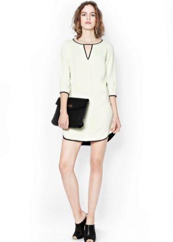 Белое платье-туника с черной окантовкой