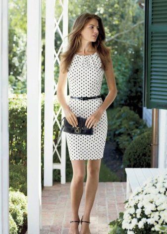 Белое платье в горошек с черным ремешком