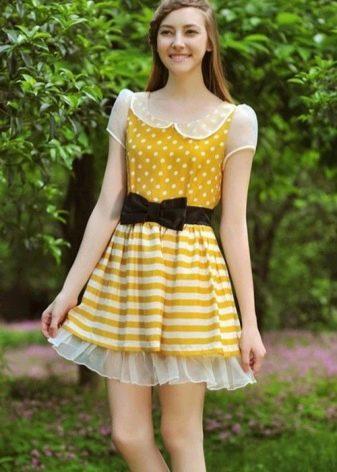 Желтое платье в горошек с черным поясом