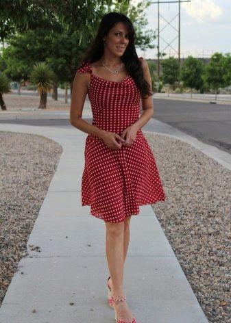 Платье в горошек с туфлями в горошек