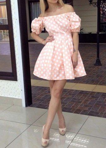 Светло-розовое платье в горошек