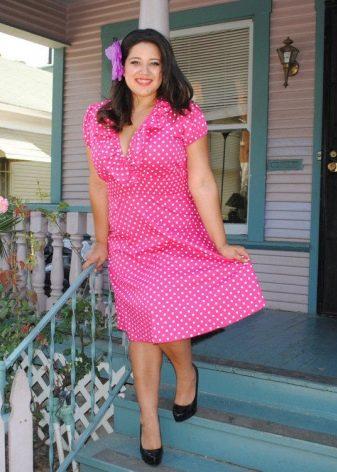 Ярко-розовое платье в мелкий белый горошек