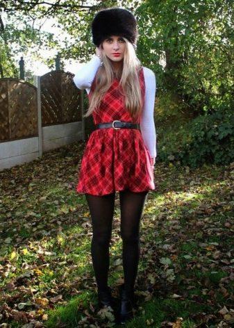 Платье в красно-черную шотландскую клетку (тартан) с белым кардиганом