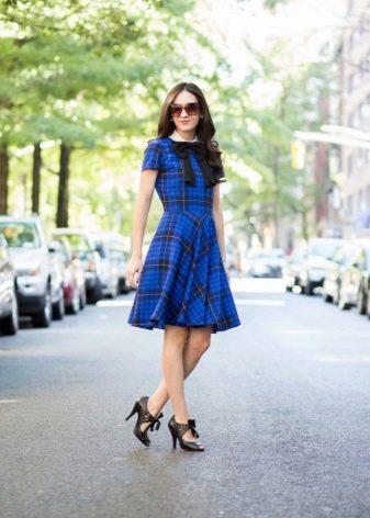 Платье средней длины в синюю шотландскую клетку