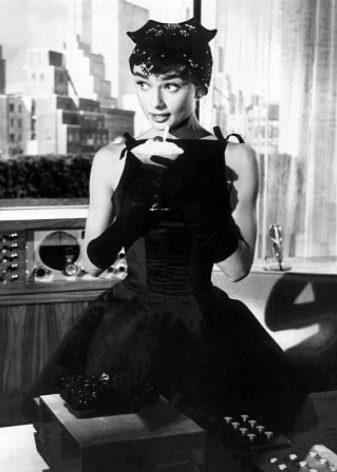 Черное платье А-силуэта Одри Хепберн