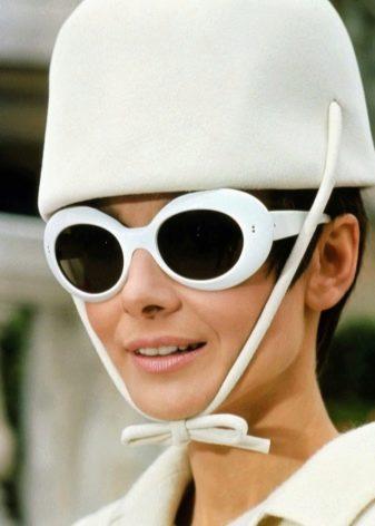 Одри Хепберн в очках