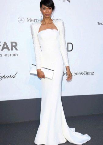 Длинное белое платье с длинным рукавом