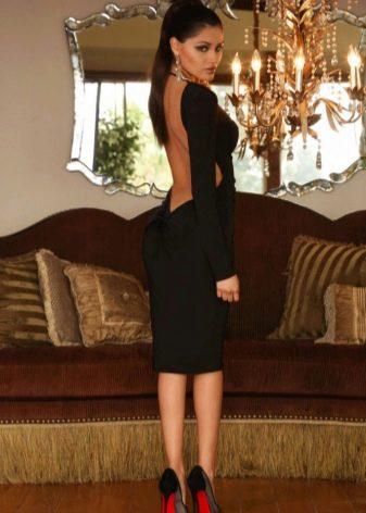 Черное средней длины платье с длинным рукавом и открытой спиной
