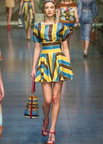 Короткое платье с геометрическим рисунком - полосатое платье