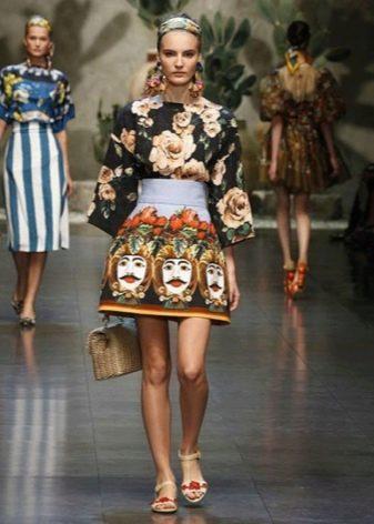 Короткое платье с цветочным и этническим рисунками