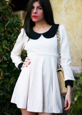 Трикотажное белое платье с завышенной талией с черным воротничком и манжетами