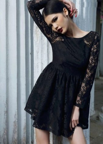 Черное кружевное платье с завышенной талией