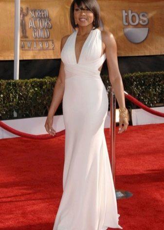 Длинное белое платье с завышенной талией