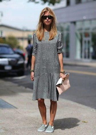 Средней длины платье в мелкую черно-белую клетку с рукавами три четверти