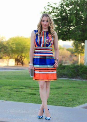 Яркое платье в цветную полоску