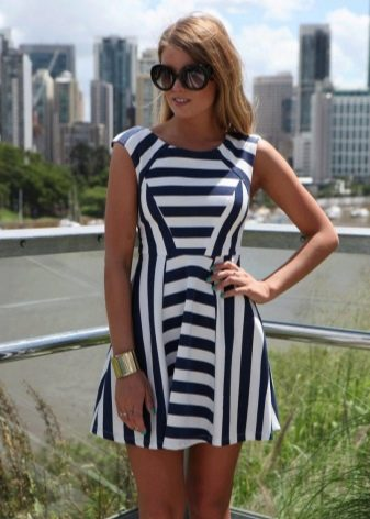 Черно-белое платье в горизонтальную и вертикальную полоску