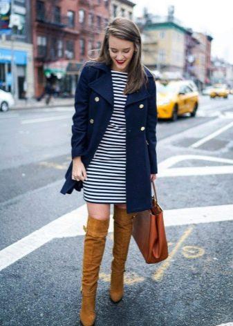 Пальто и ботфорты к платью в полоску