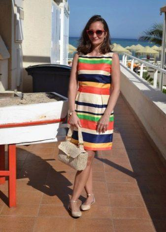 Балетки и сумка цвета слоновая кость к платью в цветную полоску