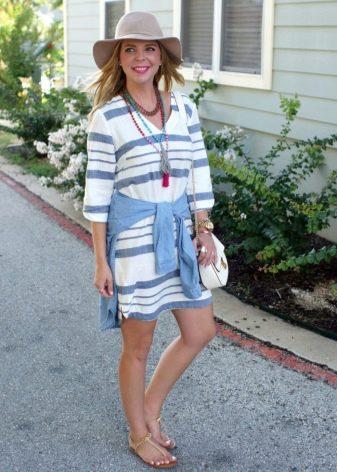 Полосатое трикотажное платье в сочетание со шляпой