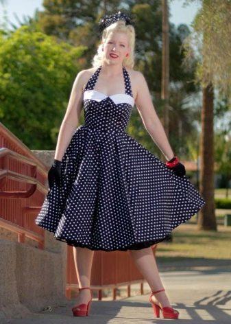 Контастные украшения к синему платью в горошек в стиле 50-х
