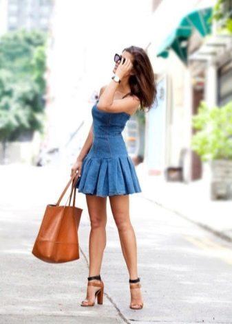 Короткое джинсовое платье с плиссированной юбкой
