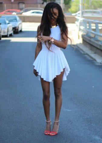 Короткое белое платье с асимметричной плиссированной юбкой