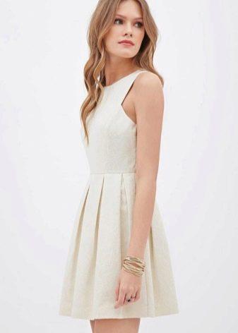 Белое плиссированное платье