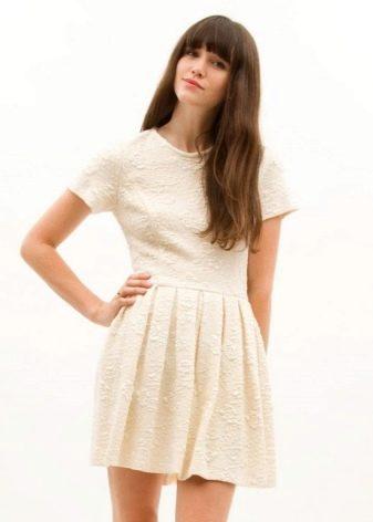 Белое плиссированное платье с набивным рисунком