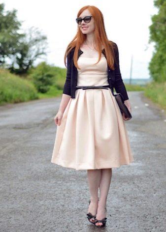 Бежевое повседневное платье с черным ремешком