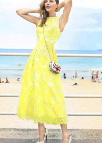 Длинное желтое расклешенное платье
