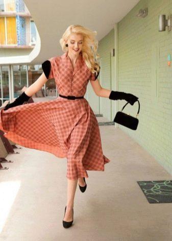 Расклешенное платье в ретро стиле с сумкой