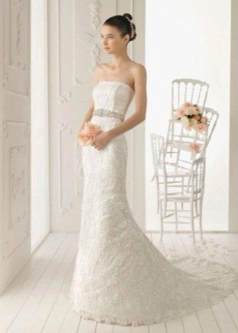 Длинное свадебное платье футляр с серебряным поясом