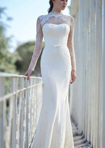 Длинное свадебное платье футляр с кружевной отделкой