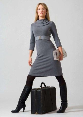 Серое трикотажное платье короткое