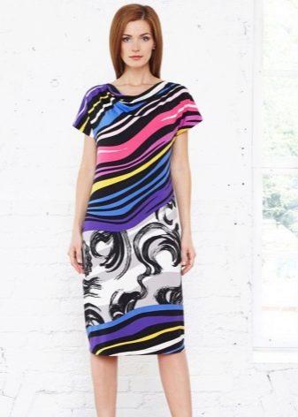 Цветное домашнее платье средней длины с абстрактным принтом