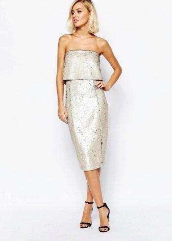 Светло-серое платье-бандо средней длины