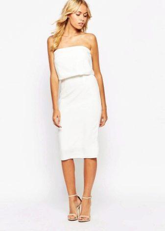 Белое платье-бандо с узкой юбкой миди