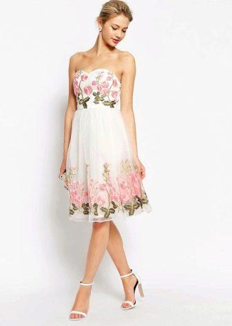 Белое с цветочным принтом платье-бандо