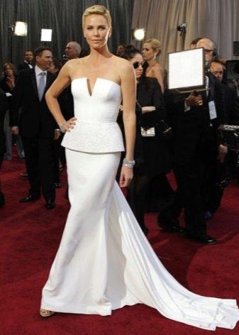 Длинное белое платье-бюстье с баской и шлейфом