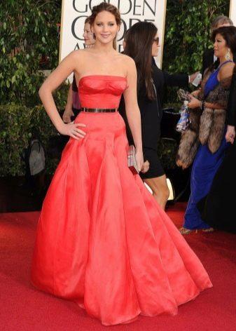 Длинное пышное платье-бюстье красного цвета