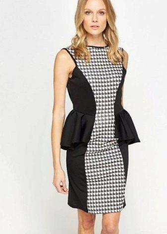 Платье гусиные лапки с баской средней длины комбинированное черной тканью